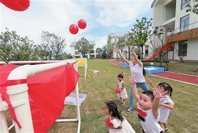 东滩思南路幼儿园内,孩子们和老师一起迎接新学期