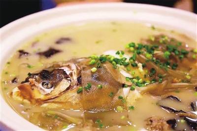 用葱姜爆香,经过鲢鱼头,青洋葱,红椒等食材,再带有半个多小时的熬海加入什么含义图片